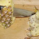 Ananas - Schale und Augen entfernen