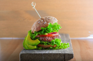 rezept-rinderburger-mit-avocado-mayonnaise