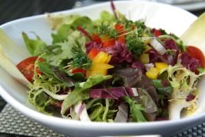 Bunter gemischter Salat als Grillbeilage