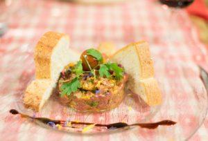 Rindertatar mit Aceto Balsamico und Toast