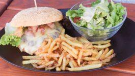 rinderburger-mit-speck-pommes-frites-und-salat