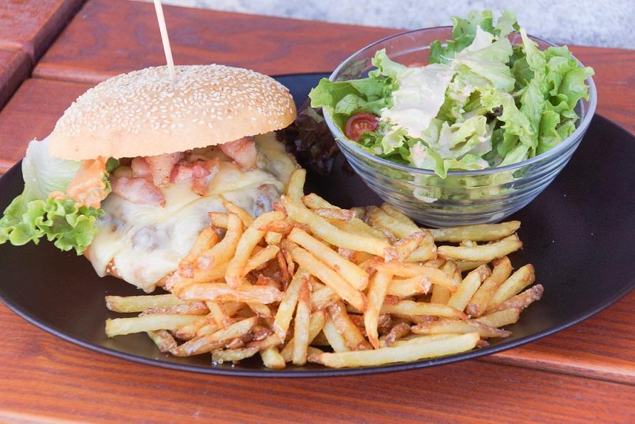 Leckerer Rinderburger mit Speck und Bergkäse