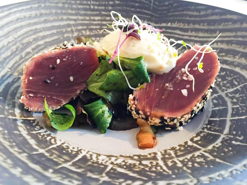 Sesam Thunfisch mit Wasabi-Eis und Salat