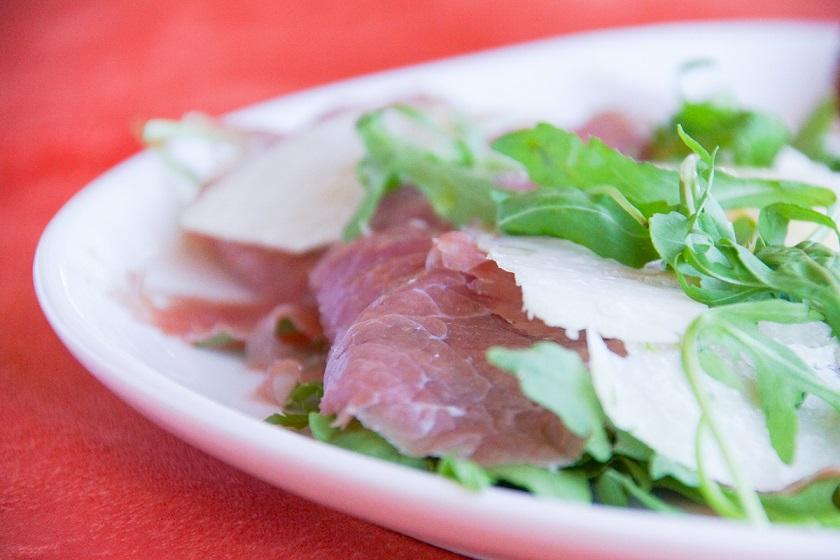 Rohschinken mit Rucola und Parmesan
