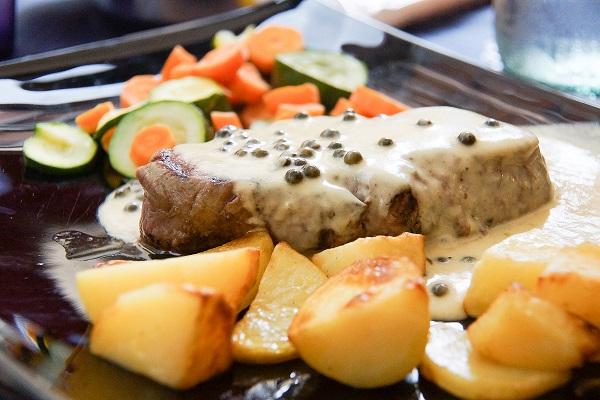 Rindersteak mit grünem Pfeffer Ofenkartoffeln und Gemüse