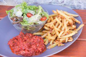 Rindertatar Schweizer Art mit Pommes frites und Salat