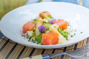 Lachsfilet-Würfel mit Avocadocreme, Spargel und Blütensalat