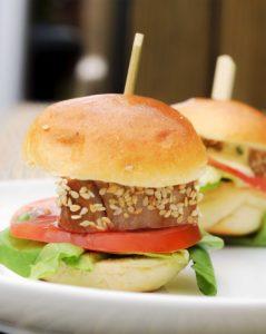 Thunfisch-Burger mit Sesamkruste